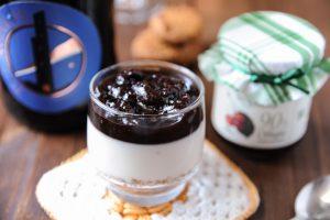 Panna cotta al Pelaghios con confettura extra di ciliegia